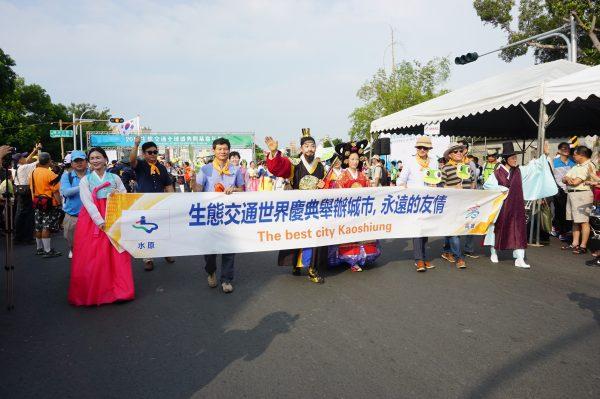 韩国水原市代表参加本届台湾生态交通盛典活动,以韩国国服、皇后等造型亮相。(李怡欣/大纪元)