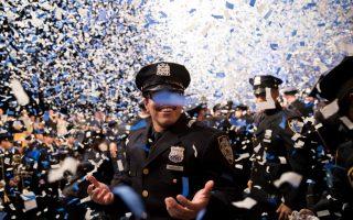 昨天,紐約市警察的畢業典禮在麥迪遜廣場花園體育場舉行。 (Drew Angerer/Getty Images)