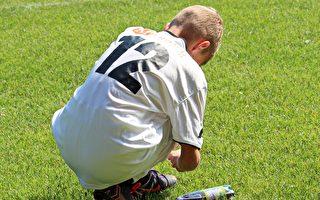 5岁男孩示范绑鞋带秘笈 2分钟影片暴红