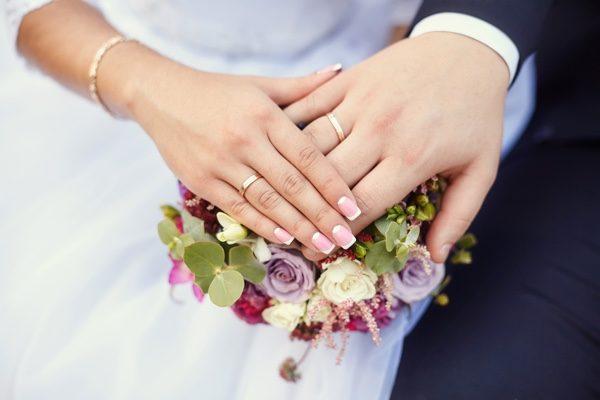 結婚那天,老丈人出錢在村裡給我們舉行了風風光光的盛大婚禮。(shutterstock)
