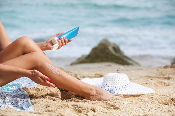 防晒、补水是保护皮肤、延缓衰老的重要环节。(Shutterstock)