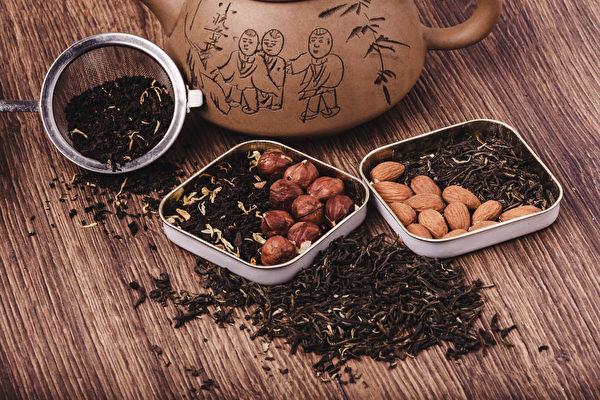 杏仁有生津润肠通便的作用。《红楼梦》中贾母饮杏仁茶去宵夜油腻。(Shutterstock)