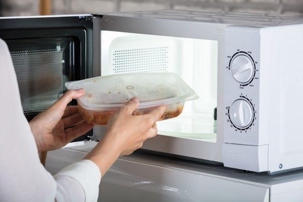 將食物放到可以使用微波爐加熱的塑料盒裡加熱。(shutterstock)