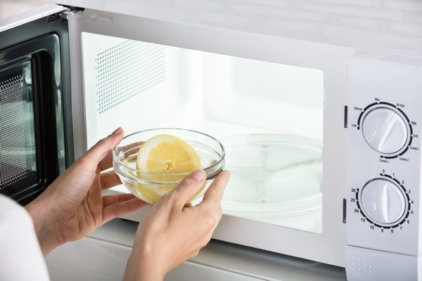 檸檬可以直接承受微波爐的熱量從而加熱。(shutterstock)