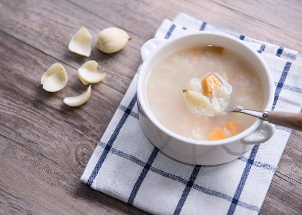 百合清润甘甜,润肺养颜,并有止咳、镇静安神效果。(Shutterstock)
