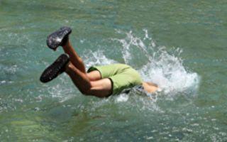男子湖中游泳 脚碰到奇怪的软东西 成救人英雄