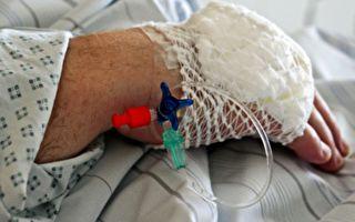 重病老奶奶在医院紧张地等候检查,她的朋友赶到后,意外拍到让人泪崩的一幕