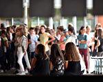 根據法國官方《憲報》11月29日(週三)公布的一項法令,全國所有初中生在初中最後一年(classe de troisième)獲得畢業文憑(brevet)的評分方式將在2018新學年有所改革。(REMY GABALDA / AFP)