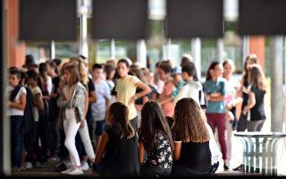 根据法国官方《宪报》11月29日(周三)公布的一项法令,全国所有初中生在初中最后一年(classe de troisième)获得毕业文凭(brevet)的评分方式将在2018新学年有所改革。(REMY GABALDA / AFP)