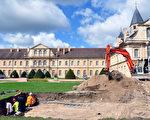 在法國東部索恩-羅亞爾省(Saône-et-Loire)著名的克呂尼修道院(Abbaye de Cluny)的一座舊建築腳下,考古專家挖掘出2200多件12世紀時期的錢幣寶藏。( Credit Anne BAUD, Anne FLAMMIN / Laboratoire Archeologie et Archeometrie / AFP )