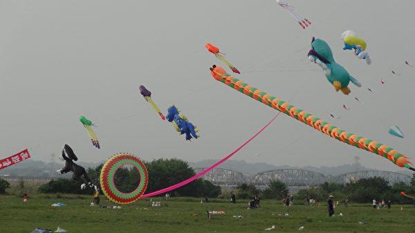 各式各樣的風箏妝點高屏溪河濱公園的天空好精采。(曾晏均/大紀元)