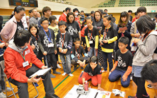 台南市國中小組隊參加日本石川縣加賀RoboRAVE國際機器人大賽,帶隊前往加賀參賽的台南市安南區海東國小教務主任洪駿命13日表示,代表隊自2015年參賽,今年是第3年,也是奪牌數最多的一年。圖為比賽現況。(台南市海東國小提供)