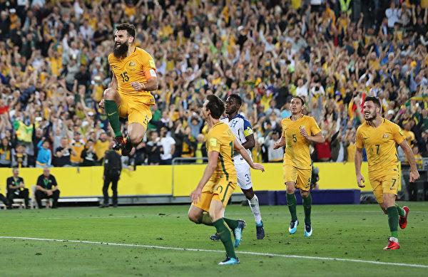 """澳洲队长耶迪纳克(左)制造了一粒""""乌龙球"""",还打进了两粒点球。(Mark Metcalfe/Getty Images)"""