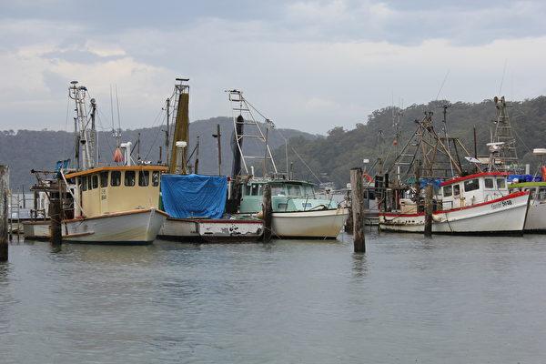 靜靜停在河面上的船舶(Brooklyn Lifeboat Seafood 提供)