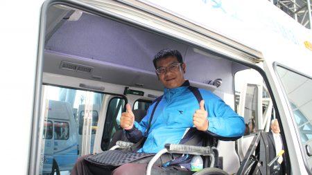 脊髓损伤者协会理事长林育生当场试乘这台高顶车辆自动升降的复康巴士。