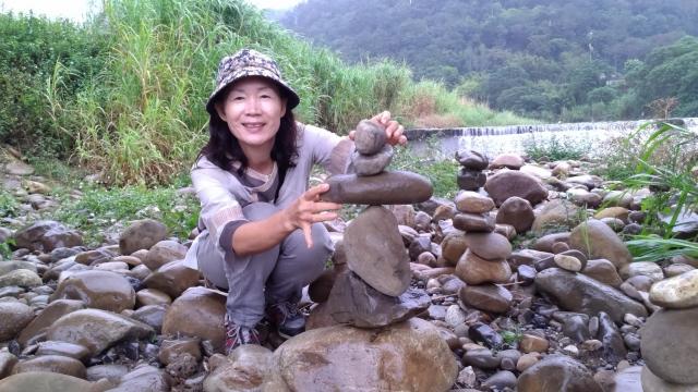 在美麗天然的環境中學習觀察、專注、耐心與平衡,立石樂趣多。(賴月貴/大紀元)
