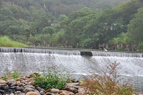 遼闊的河床、潺潺的水聲,關西南山大橋景色天然優美,是很適合舉辦立石比賽的場域。(賴月貴/大紀元)