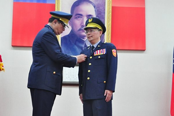 内政部警政署副署长王隆(左)为新任局长张荣兴(右)授阶。(赖月贵/大纪元)