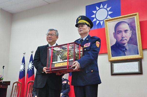 新竹县长邱镜淳(左)致赠纪念品给前警察局局长温枝发(右)。(赖月贵/大纪元)