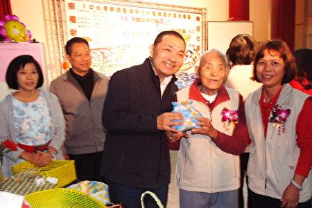 新北市副市長侯友宜稱讚,大鵬社區的人瑞103歲的林來興做的置物籃很棒。(朱孝貞/大紀元)