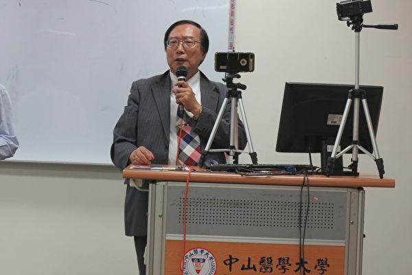 """中山医学大学张启中教授(右)表示,""""活摘人体器官是违反医学伦理的行为,是医护人员一定要避免的错误。""""(邓玫玲/大纪元)"""