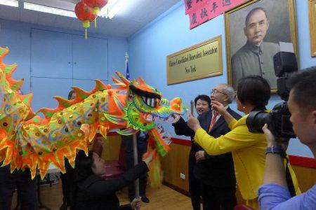 華僑學校董事長蕭貴源對舞龍做點睛。