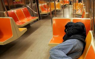 游民醉鬼占车厢 MTA无奈求警察撵人