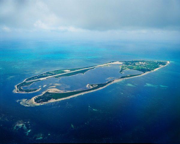 东沙岛犹如南海上一只翡翠戒环,嫌少人为破坏,特殊自然地形保存完整。(高市水利局提供)