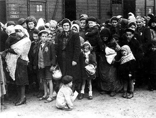 1944年德國納粹集中營裡的猶太人。(公有領域)