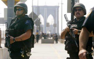 节日季将近 纽约布重武器防恐