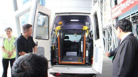 今日捐赠车辆是中华三菱,属于高顶车辆自动升降,总经费1,325,000元,车厢内高度可充分因应各种特殊条件的使用者。