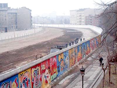 1986年柏林圍牆一景。圖片左側為東柏林,右側為西柏林。(Thierry Noir /Wikimedia Commons)
