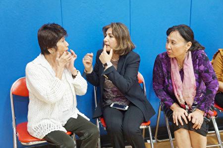 休斯顿卫理公会医院肺动脉高压中心主任Zeenat Safdar(中)在演示呼吸方式。(易永琦/大纪元)