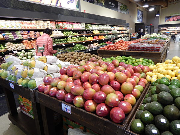 圖:Woo-Ri Mart超市西溫莎店隆重新張,新鮮蔬果肉類海鮮多種食品大優惠。(郭茗/大紀元)