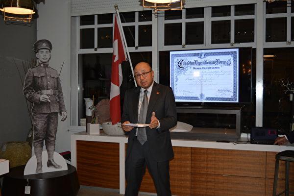 图: 温哥华企业家与慈善家Jack Gin,正分享他们发掘出来的Frederick Lee与其家族的神奇故事。(邱晨/大纪元)