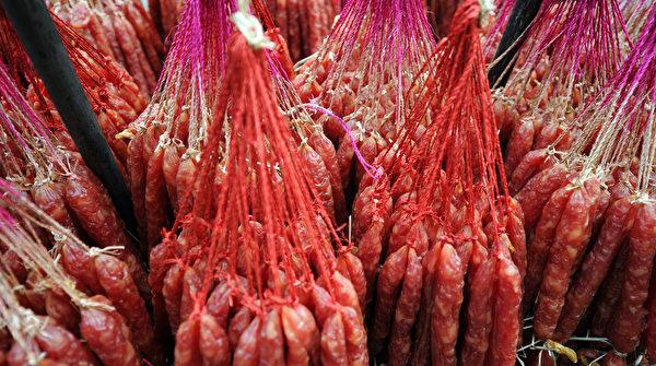 民間有:「冬臘風醃,蓄以御冬」的習俗。圖為臘腸。(LAURENT FIEVET/AFP/GettyImages)