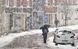 法国气象局宣布,从本周三(11月29日)起,法国将出现低温降雪天气。预计全法国大部分地区都会有阵雪。(PHILILPPE HUGUEN/AFP/Getty Images)