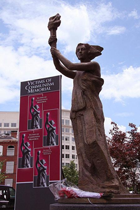 2007年6月12日,全球首个共产主义受难者纪念碑在美国首都华盛顿特区落成揭幕。这座10英尺高的古铜雕像,取材于1989年北京天安门广场上的民主女神像。(KAREN BLEIER/AFP/Getty Images)