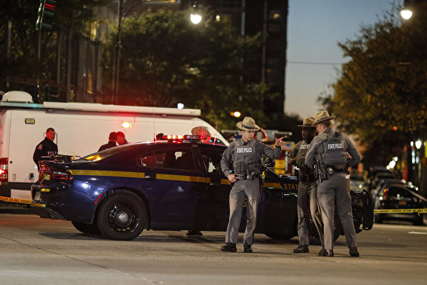 夜幕低垂,大批警察仍在现场调查。 (Photo by Kena Betancur/Getty Images)