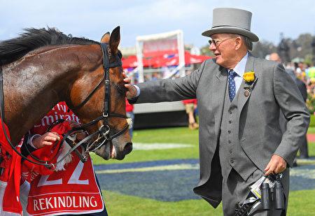 冠军马Rekindling的主人Lloyd Williams在赛后爱抚它。(Vince Caligiuri/Getty Images)