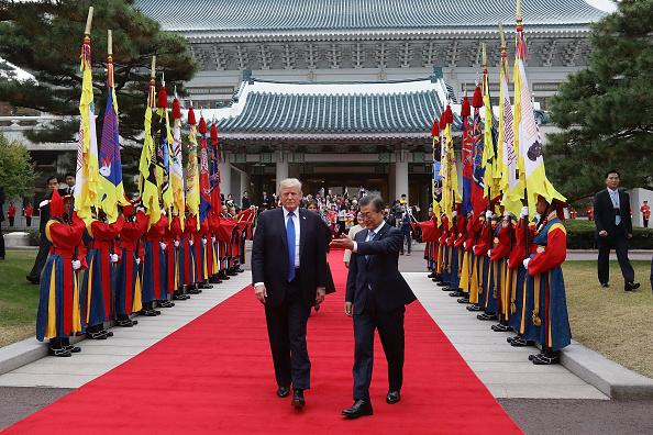 SEOUL, SOUTH KOREA - 美國總統川普11月7日下午抵達韓國總統府青瓦台,韓國總統文在寅為川普夫婦舉辦歡迎儀式。 (Chung Sung-Jun/Getty Images)