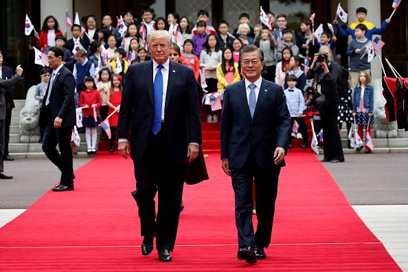 美國總統川普11月7日下午抵達韓國總統府青瓦台,韓國總統文在寅為川普夫婦舉辦歡迎儀式。 ( Chung Sung-Jun/Getty Images)