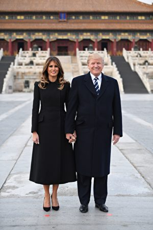 川普夫妇在太和殿前合影。(JIM WATSON/AFP/Getty Images)
