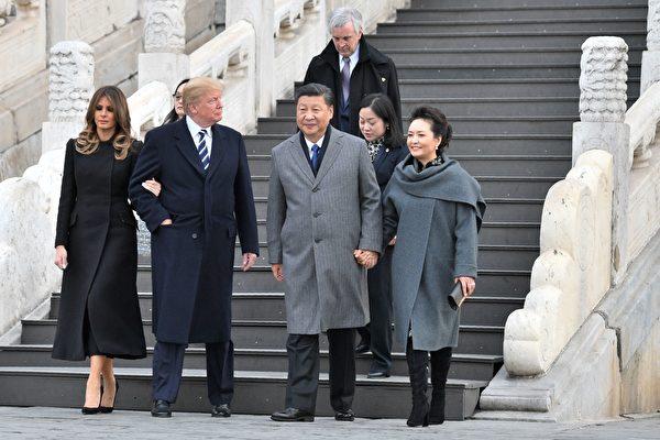 川普夫妇在习近平夫妇的陪同下参观故宫前三殿。(JIM WATSON/AFP/Getty Images)