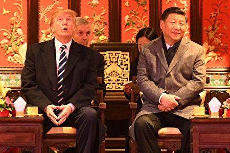 川普总统在故宫畅音阁阅是楼观赏京剧表演。(JIM WATSON/AFP/Getty Images)