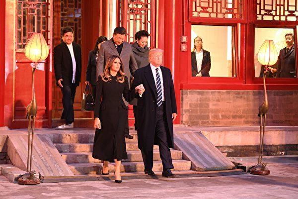 8日,習近平夫婦與川普夫婦在紫禁城暢音閣(Changyin Pavilion)閱是樓一起欣賞了三部京劇。(JIM WATSON/AFP/Getty Images)