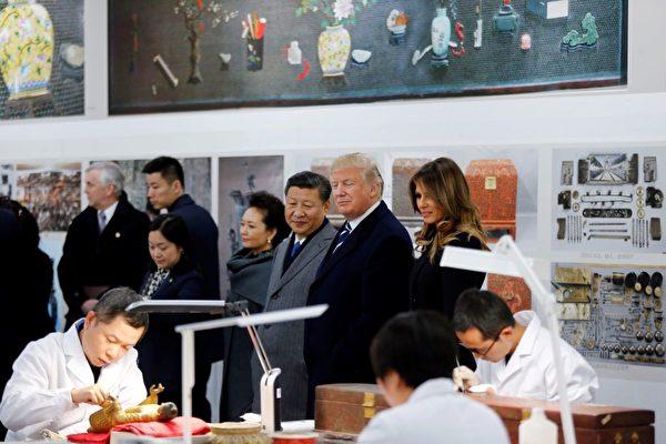 美國總統川普同第二夫人梅拉尼婭參觀故宮的文物保護科技實驗室。(JANDY WONG/AFP/Getty Images)