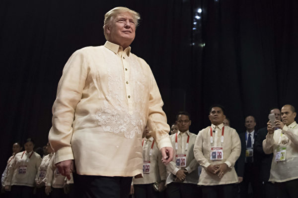 "川普穿着菲律宾国服""巴隆他加禄"" 。(JIM WATSON/AFP/Getty Images)"