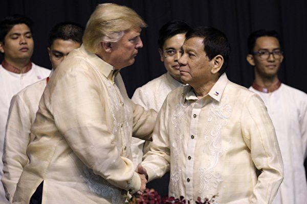 川普和杜特尔特两次握手,在领导人合影之前两人也互相进行了简短的交谈。(ATHIT PERAWONGMETHA/AFP/Getty Images)