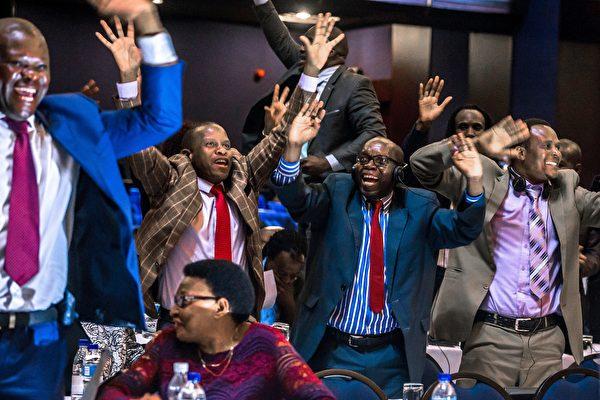 津巴布韦总统穆加贝周二(11月21日)辞职,结束了对津国长达37年的统治。图为民众在庆祝。(JEKESAI NJIKIZANA/AFP/Getty Images)